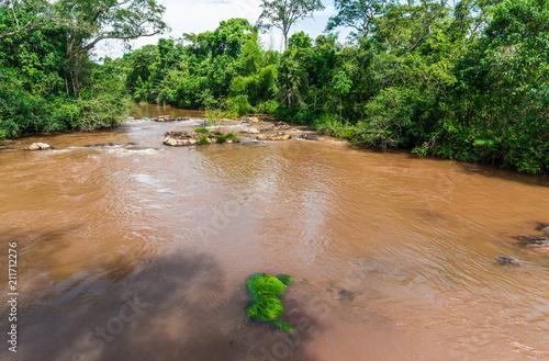 Szeroki kąt widzenia krajobrazu tropikalnych rzeki w dżungli dżungli ze skał, drzew i błękitne niebo w słoneczny letni dzień