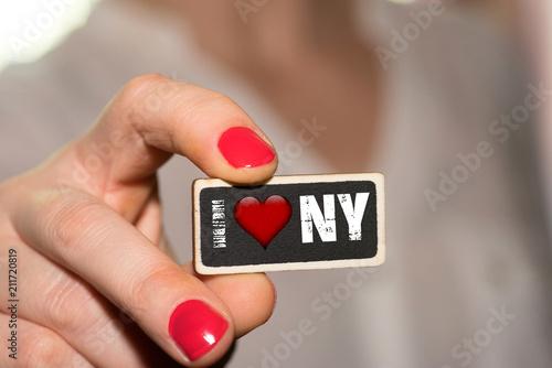 Eine Frau und ein Schild Ich liebe New York