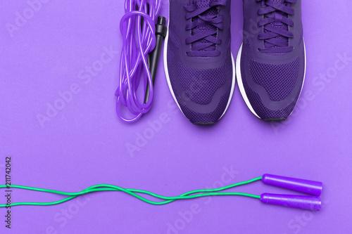 Purpurowi sportowi sneakers na purpurowym tle
