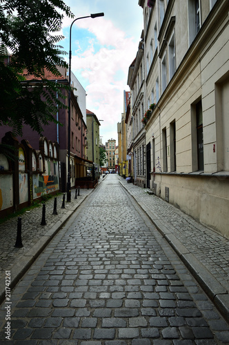 Fotobehang Smalle straatjes Wąska zabytkowa uliczka między starymi domami.