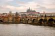 Paisagem de Praga com o rio.