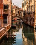 Paisagem em Veneza com barcos no rio