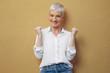 canvas print picture - Junge blonde Frau an der Wand / lächelnd
