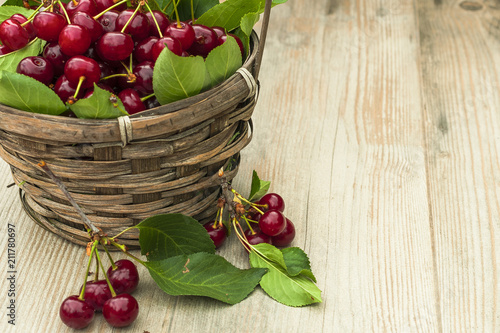 Aluminium Kersen Juicy cherry, in a basket on a wooden table