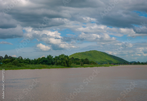 Aluminium Bergrivier Landscape of rivers and mountains There is a blue sky as the background
