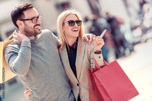 Leinwanddruck Bild Couple in shopping