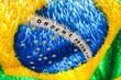 Rua decorada com fitas e bandeiras da copa. Futebol na rua com bandeira do brasil e vários países do mundo 2018