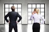 Geschäftsleute stehen vor leerer Bürofläche