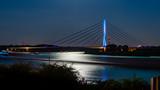 luna reflejandose en el río bajo el puente