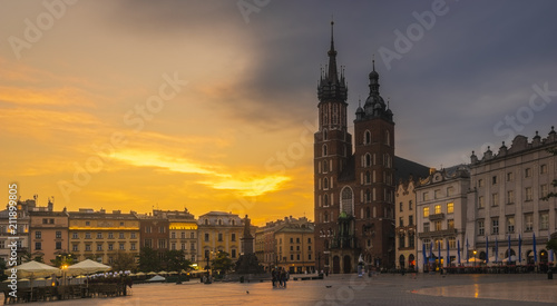 Leinwanddruck Bild St. Mary's Church on the old market square in Krakow at sunrise