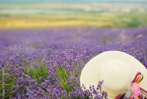 Plexiglas Lavendel White straw female hat in a lavender field