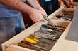 Handwerker räumen ihre Werkzeuge auf