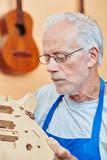 Alter Gitarrenbauer mit Erfahrung - 211926852