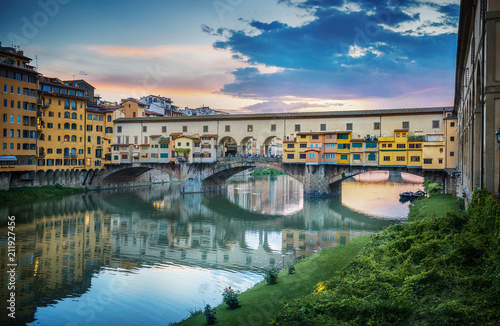 Fotobehang Florence Famous bridge Ponte Vecchio on the river Arno in Florence, Italy. Evening view.