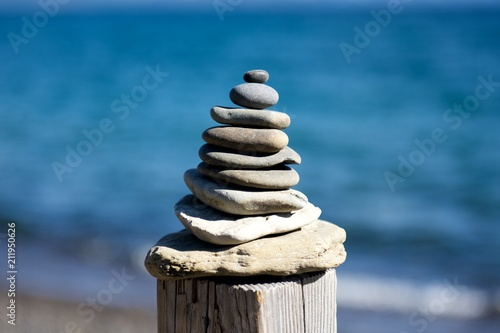 Aluminium Zen Stenen stones balanced in front of water