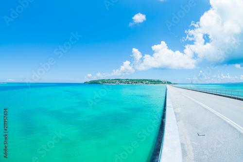 Fotobehang Turkoois 夏真っ盛り 沖縄の青い空とエメラルドグリーンの海