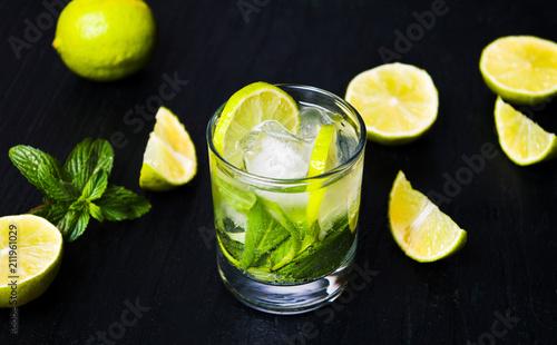Leinwanddruck Bild Mojito mint leaf cocktails with ice