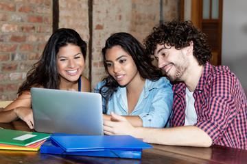 Junge Informatikstudenten beim Lernen