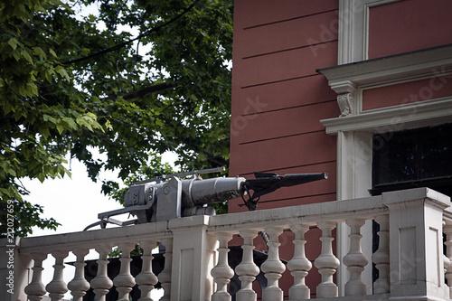 Aluminium Schipbreuk Old ship harpoon on the balcony of the building.
