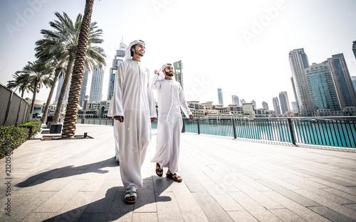 Aluminium Abu Dhabi Three arabic business men spending time in Dubai