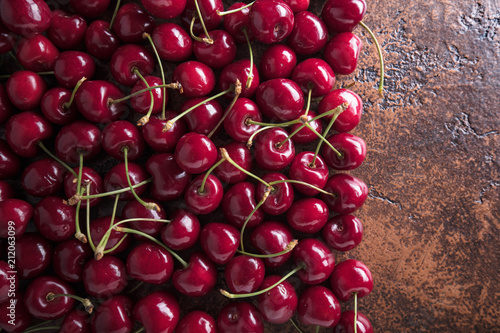 Aluminium Kersen Sweet organic cherries on old copper table.