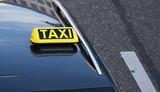 Taxischild auf einem Autodach - 212081620