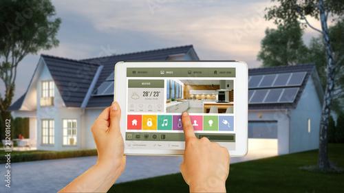 Leinwanddruck Bild Haus gesteuert mit Smart Home Technologie auf Tablet