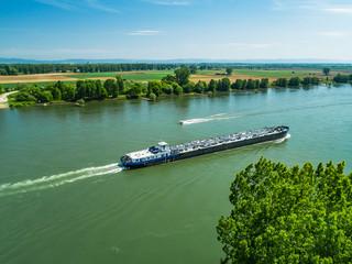 Frachtschiff und Motorboot auf dem Rhein
