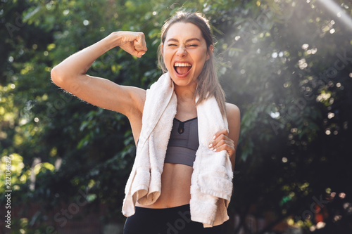 Portret ładna młoda sprawności fizycznej dziewczyna stoi outdoors