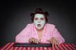 Leinwanddruck Bild - femme ronde et drôle avec bigoudis choquée par contenu ordinateur