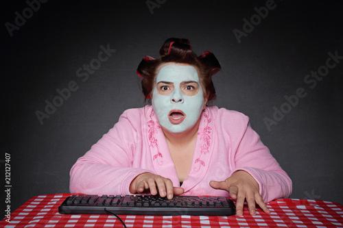 Leinwanddruck Bild femme ronde et drôle avec bigoudis choquée par contenu ordinateur