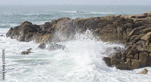 Morbihan tourisme - Le courégant - vagues s'écrasent contre les rochers