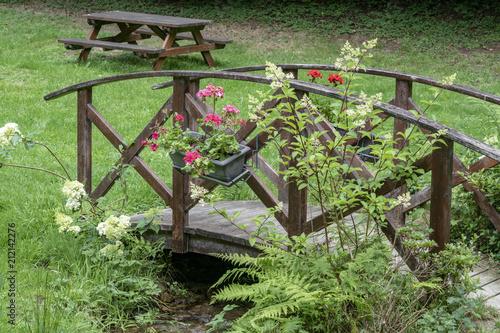beau pont en bois avec des fleurs dans le parc - Vallée de Pratmeur, Morbihan, Bretagne, France - 212142276