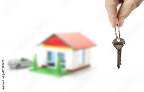Klucz od domu w dłoni na białym
