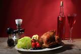 Kurczak z grila z warzywami i czerwonym winem.