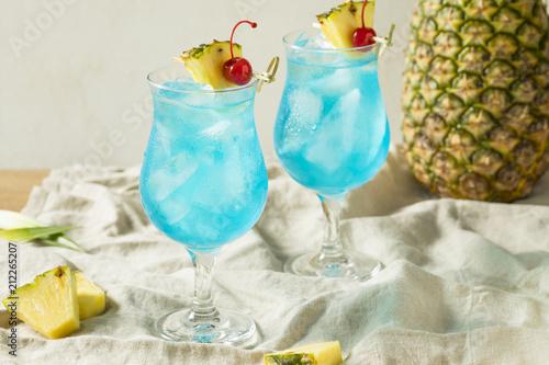 Leinwanddruck Bild Boozy Blue Hawaii Hurricane Cocktail
