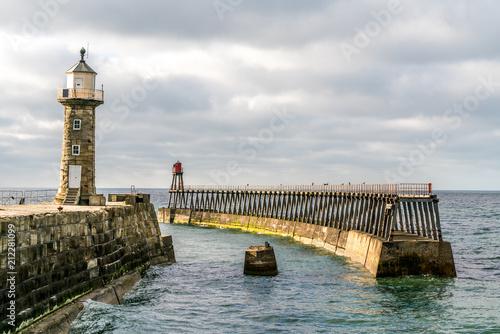 Fotobehang Vuurtoren Whitby pier and lighthouse