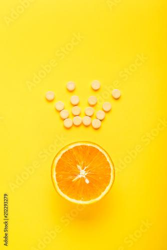 Pojęcie zdrowego odżywiania, suplement. Witamina C jest główną witaminą, królem wśród witamin. Fitness, płaskie lay