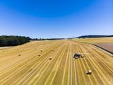 Luftaufnahme, abgemähtes Getreidefeld mit Strohballen, Region Wöllstadt, Wetterau, Hessen, Deutschland - 212302486