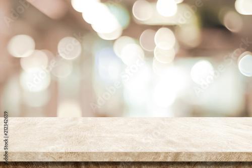 Pusty brązu cementu stół nad plama sklepu tłem, produktu pokazu montaż