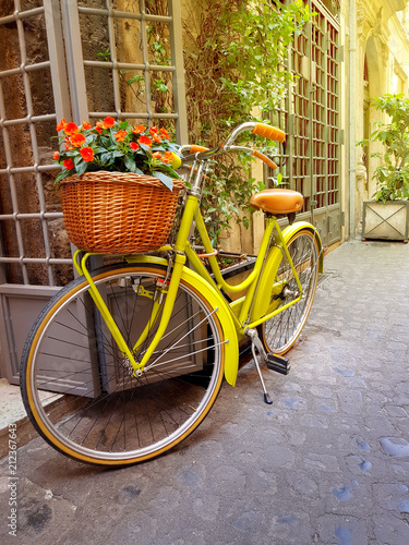 Aluminium Fiets Colorful yellow bicycle parked on the old narrow street in Rome, Italy