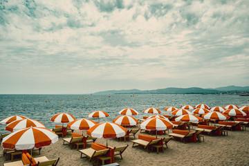 Plage privée parasols rouges et blanc