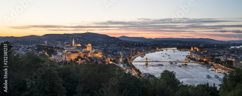 Aluminium Boedapest panoramic view of the city with the castle and the chain bridge on the river Danube at dusk