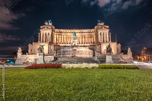 Foto Murales Vittorio Emmanuel II Monument on Venice square in Rome at night, Italy