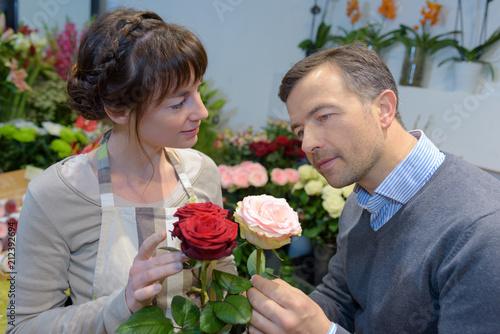 Kwiaciarnia patrząc na róże z klientem