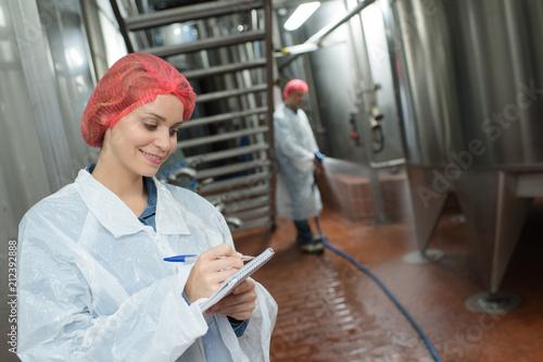 Aluminium Apotheek factory worker cleaning floor