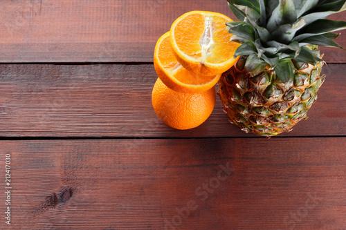 Ananas i pomarańcze na drewnianych deskach, ananas z liśćmi i połówkami pomarańczowy odgórny widok, tropikalne owoc z kopii przestrzenią, azjatykci jedzenie