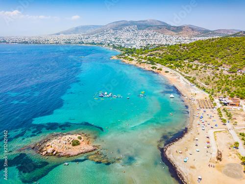 Der Strand von Kavouri im südlichen Athen mit türkisem Wasser und Sicht auf die Stadt, Vouliagmeni, Athen