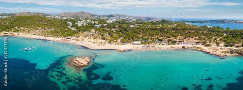 Panorama des Strandes von Kavouri in Athen mit Pinien Wäldern und türkisem Meer, Vouliagmeni, Griechenland - 212421485