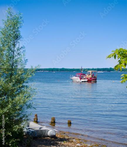 Leinwanddruck Bild Übersetzen mit dem Schlauchboot ans Ufer
